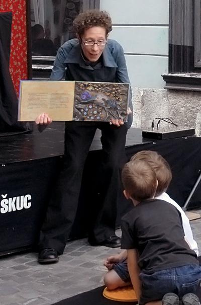 Alenka Spacal med pripovedovanjem Mavrične maškarade